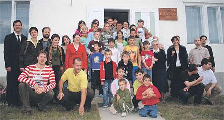 A vicei kollégiumban öt csángóföldi faluból érkezett gyerekek laknak és tanulnak  többen is vannak, akik itt tanultak meg magyarul