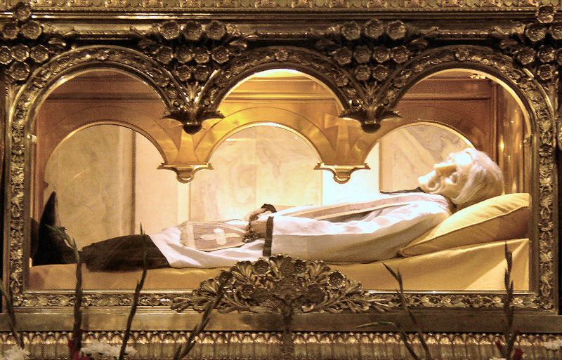 Vianney Szent János romlatlan teste az ars-i bazilika fő oltára felett