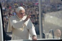 Bővebben: Könnyekkel és éljenezve búcsúztak XVI. Benedektől