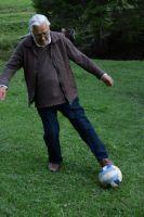 Bővebben: Leonárd atya 91 évesen büvöli a labdát!!