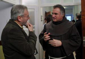 Böröcz István, a Médiaszolgáltatás-támogató és Vagyonkezelő Alap (MTVA) vezérigazgatója (b) és Böjte Csaba ferences rendi szerzetes beszélgetnek a közmédia Jónak lenni jó elnevezéssel az alapítvány számára indított gyűjtésének nyitóeseményén a Dévai Szent Ferenc Alapítvány csobánkai otthonában 2012. december 2-án. MTI Fotó: Kovács Attila.