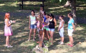 A Veresbástya látogatóit a Szent Ferenc Alapítványnál nevelkedő középiskolások fogadják