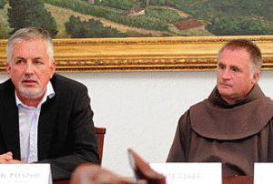 Páva Zsolt Böjte Csaba ferences szerzetest fogadta, aki azért érkezett, hogy megköszönje a város adományát (fotó: Laufer L.)