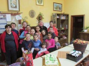 A gyermekek és nevelőik nagy örömmel, sok szeretettel fogadták a vendéget (a hátsó sorban középen) és ajándékait