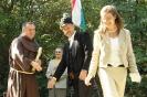 Csekõ Krisztina és Boros András átadják az jelképe