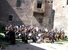 A zenekar a vár udvarában.