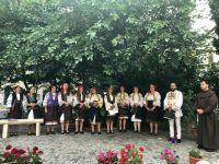 Bővebben: A kostelekiek gyimesi csángó népviseletben látogatták meg a dévai híveket