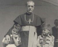 Bővebben: Márton Áron püspök Csíksomlyón a keresztfiával, 1942